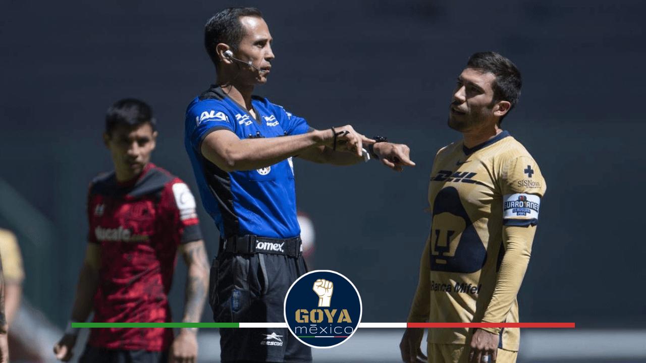 Luis Enrique Santander silbara el Pumas vs Atlas en C.U.